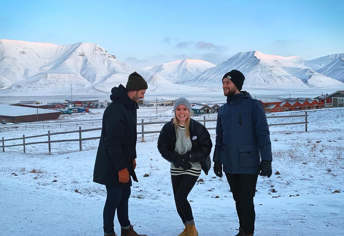 - Det er ein opplevelse berre å være her, seier Tora til Bluesnews. Her med to bandmedlemmer på spasertur utenfor Longyearbyen.